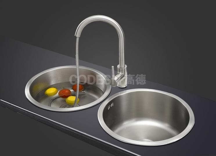 厨房水槽各种搭配里,不锈钢水槽很受欢迎